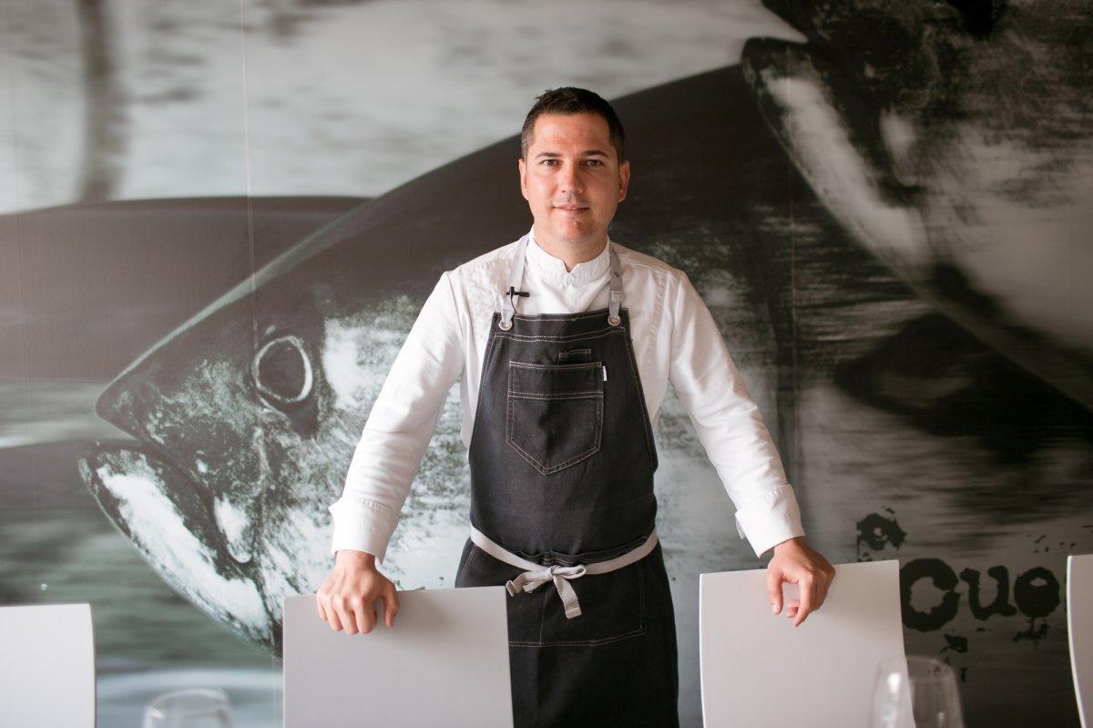 Julio Vázquez es el jefe de cocina y lleva 15 años junto a José.
