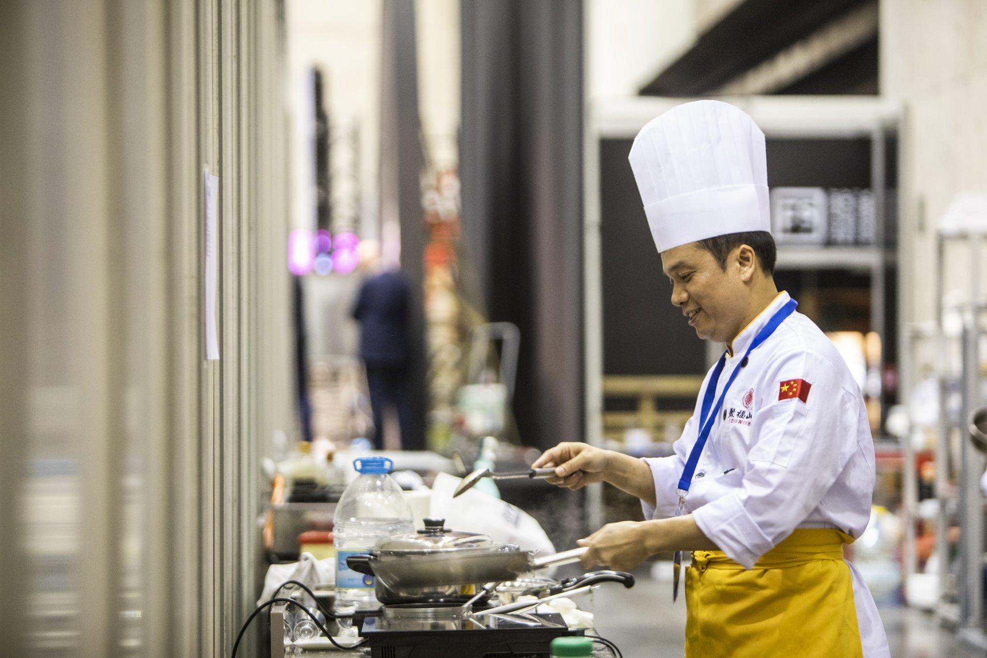 Cocinero chino invitado en el pabellón de la Ruta de la Seda.