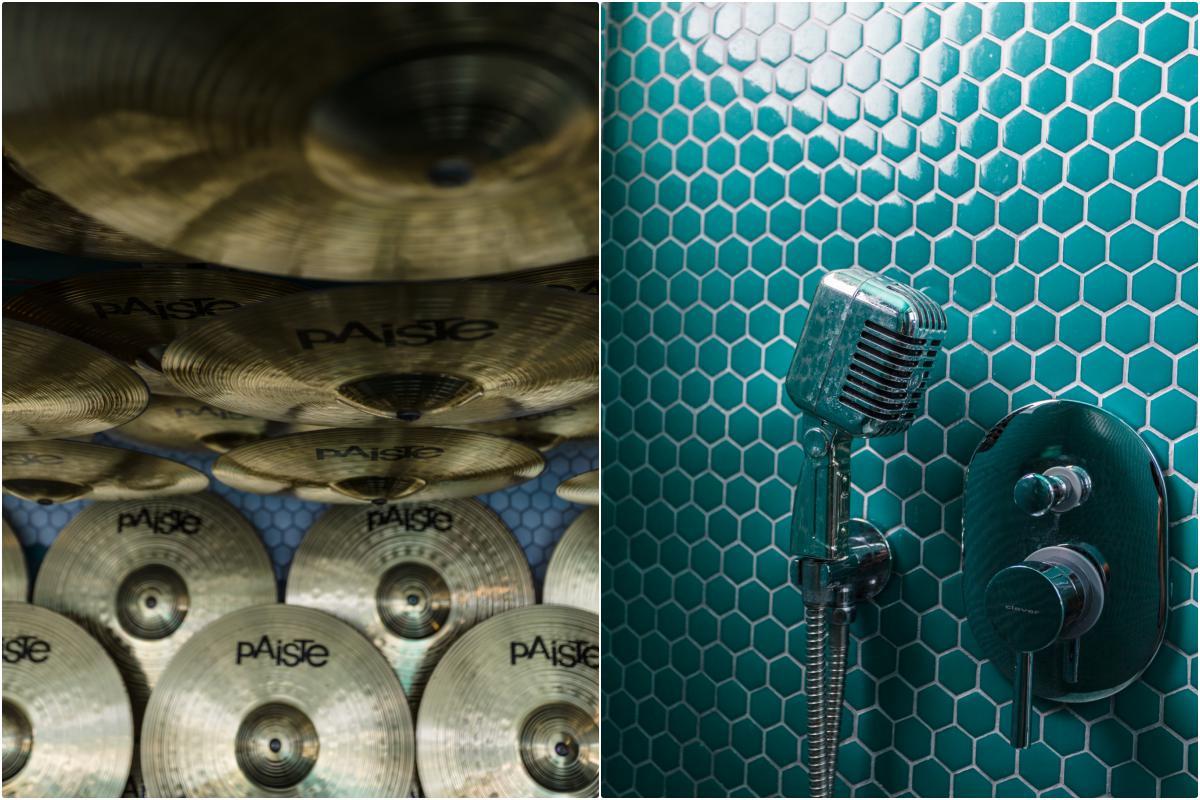 Detalles de platillos de batería y micrófono en la ducha del hotel El Dorado (Ibiza).