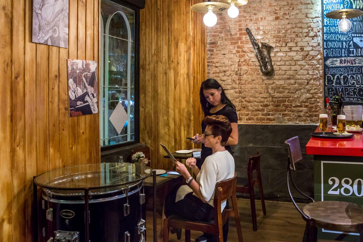 Rincón del local, donde todo recuerda la vida musical de la ciudad de Luisiana.