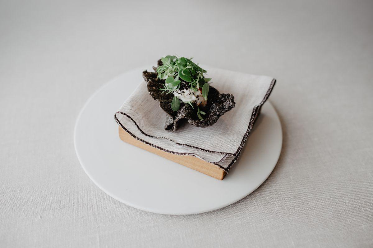 Plato de crocante de arroz con crema de anchoas e hierbas de Adelina del restaurante 'Culler de Pau', en O Grove, Pontevedra.