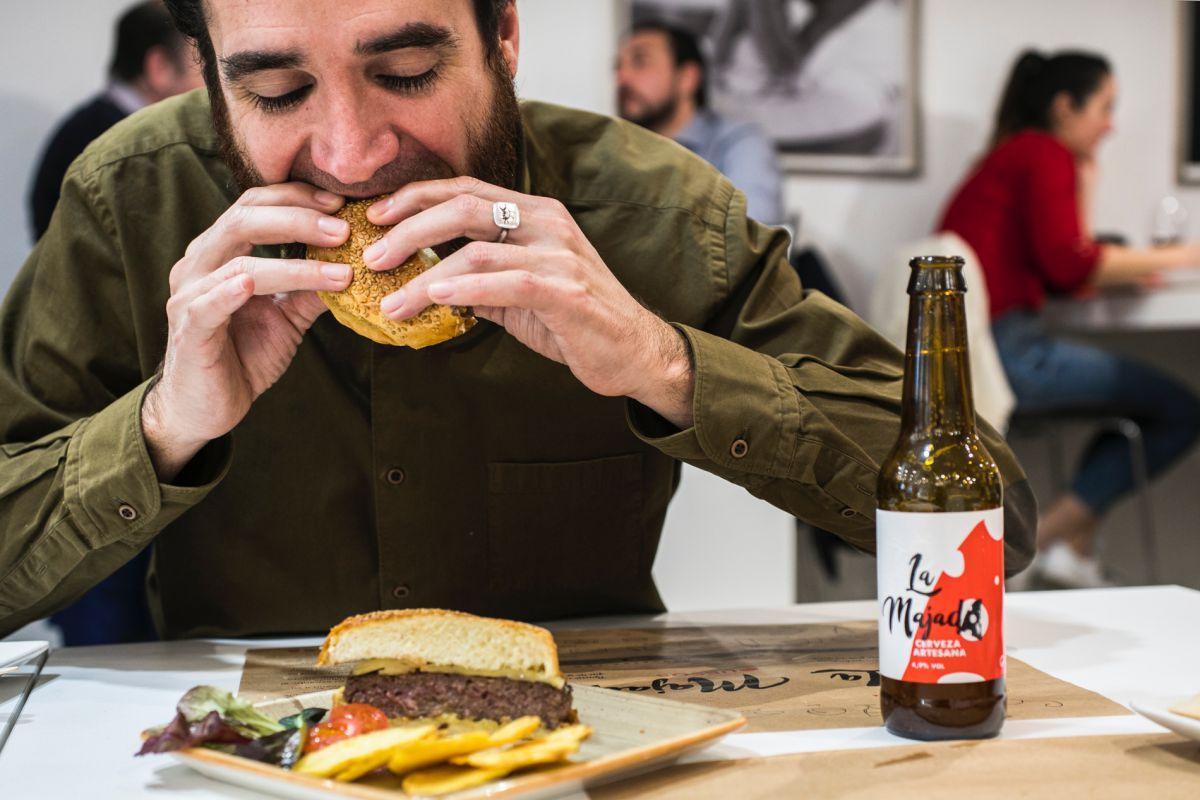 Disfrutando la hamburguesa de buey de 'La Majada'.