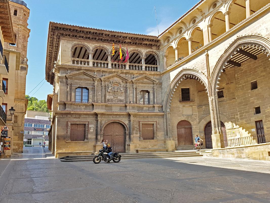 Junto al ayuntamiento de Alcañiz.