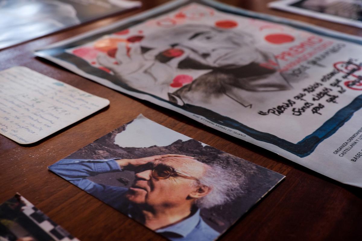 Los detalles -fotos, postales, premios- llenan las mesas del hogar del Nobel de Literatura.