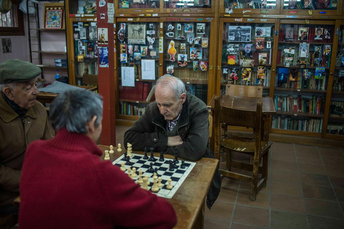Una partida de ajedrez, compañía y charla, todos cobijados en La Cabaña.