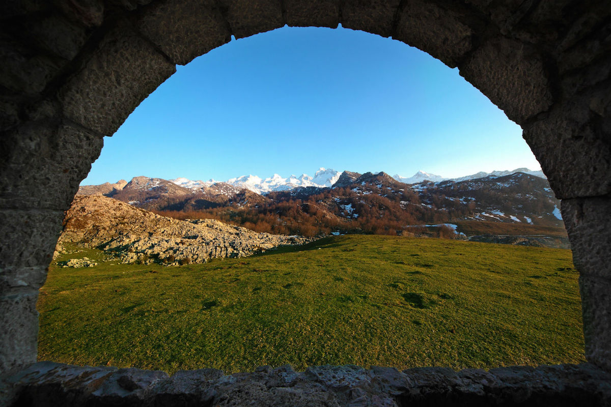 Valle asturiano desde una capilla.
