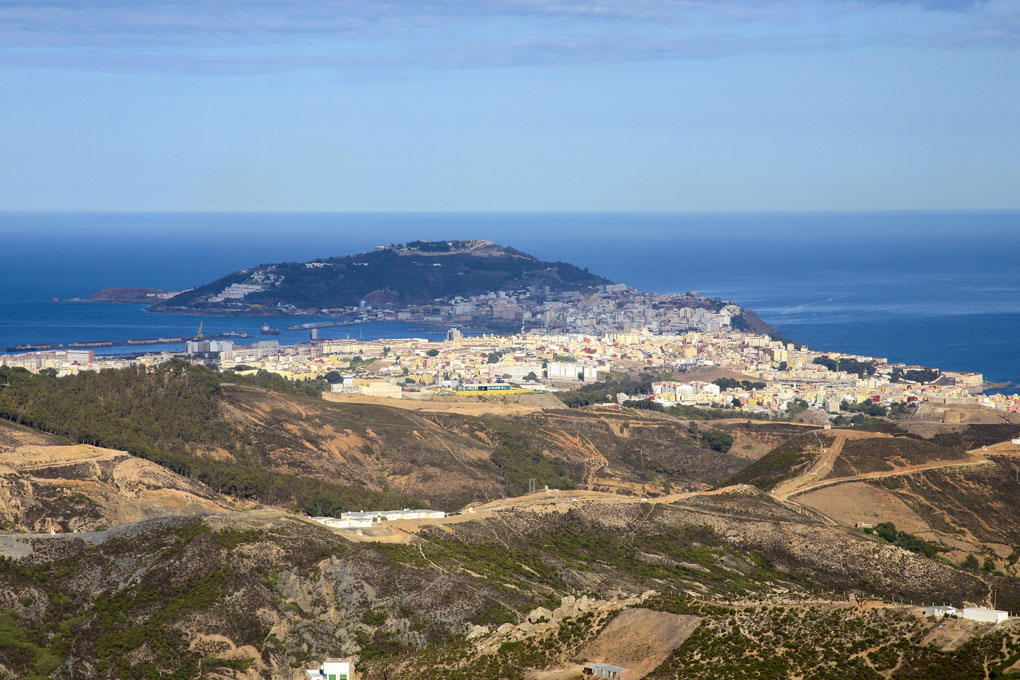 Las aguas del Atlántico y el Mediterráneo se funden desde este mirador ceutí. Foto: shutterstock.com