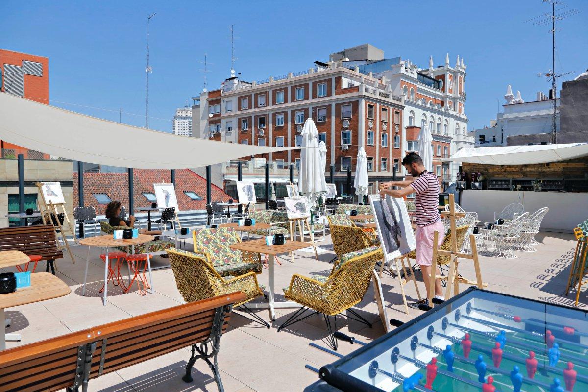 El rooftop, en el sexto piso, tiene una bonita terraza con una barra en forma de container y dos jacuzzis a cielo abierto.