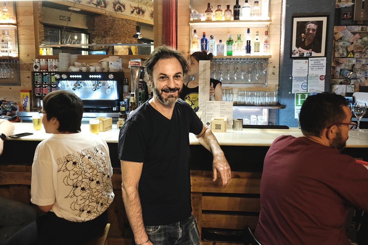 Juanma, uno de los socios, posa en la barra del local.