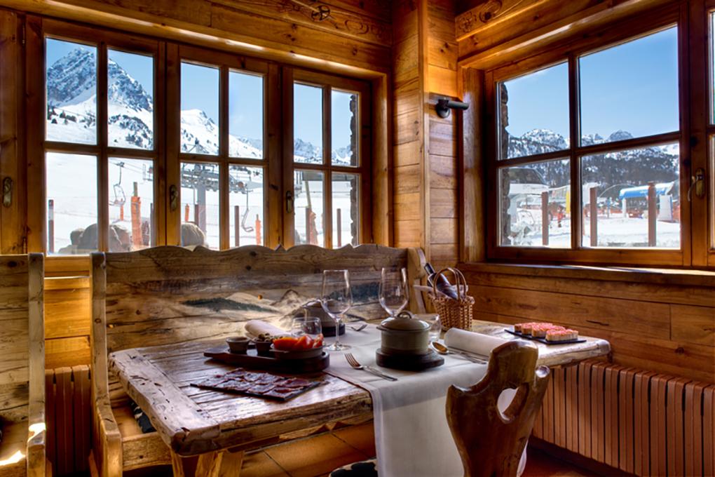 Comedor de Grau Roig con vistas a las pistas de esquí.
