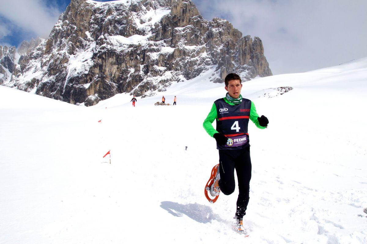 El corredor Manuel Merilas durante el III Picos Snow Running, IV Campeonato de España de Raquetas. Foto: Fito Rumoroso / PicosXtreme.