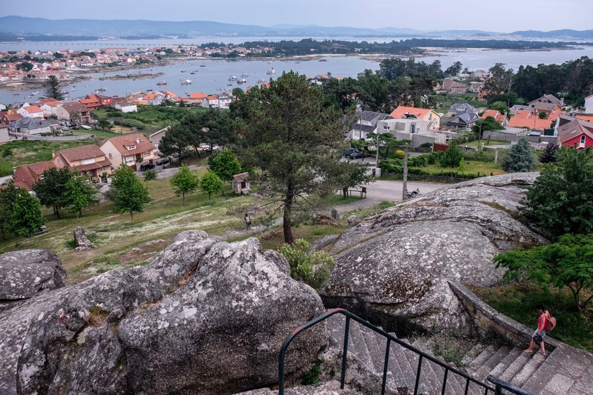 La visión de la isla y la ría cambia desde lo alto del mirador.
