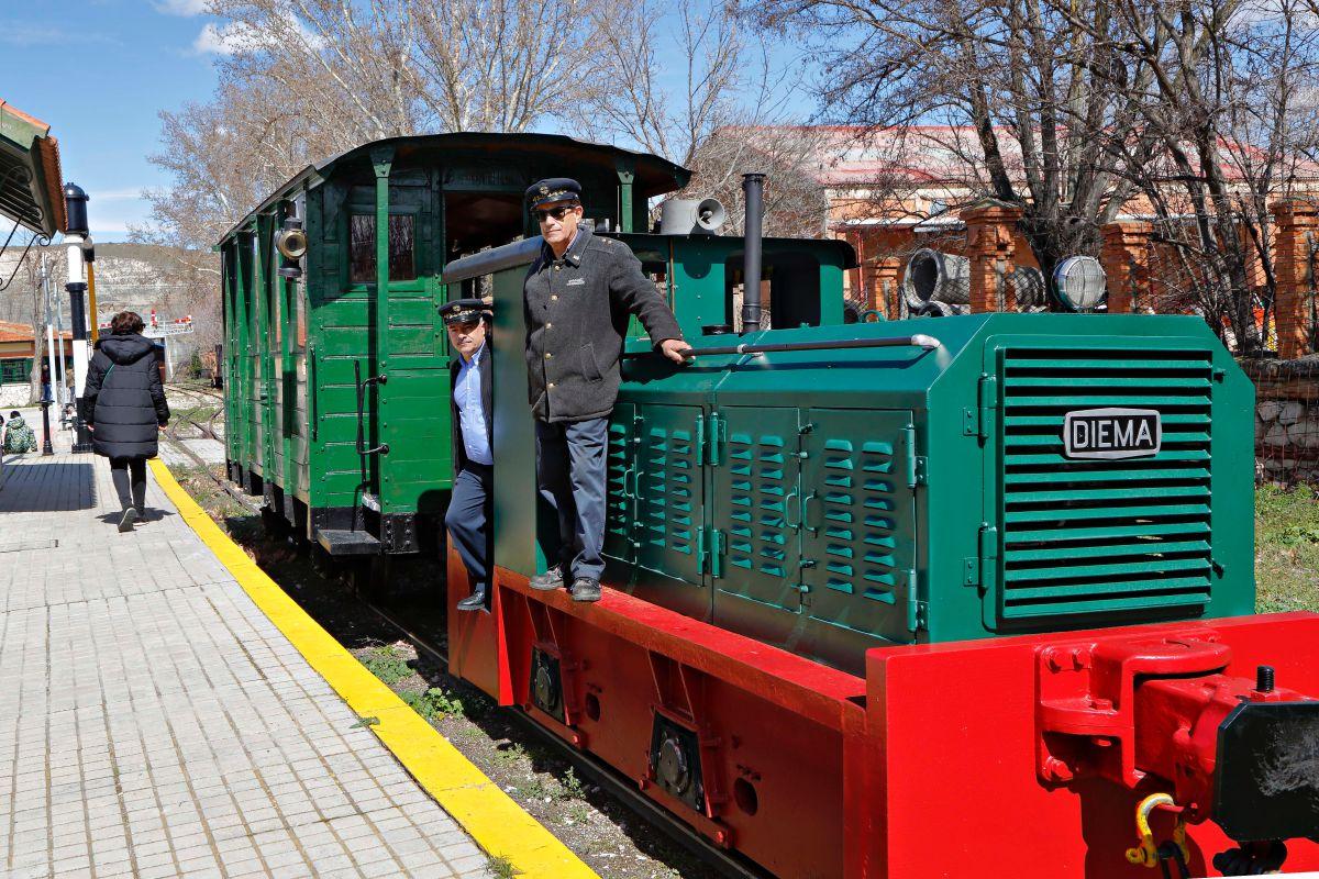 Marcelino y José María, dos veteranos del ferrocarril, sobre el tren lanzadera.