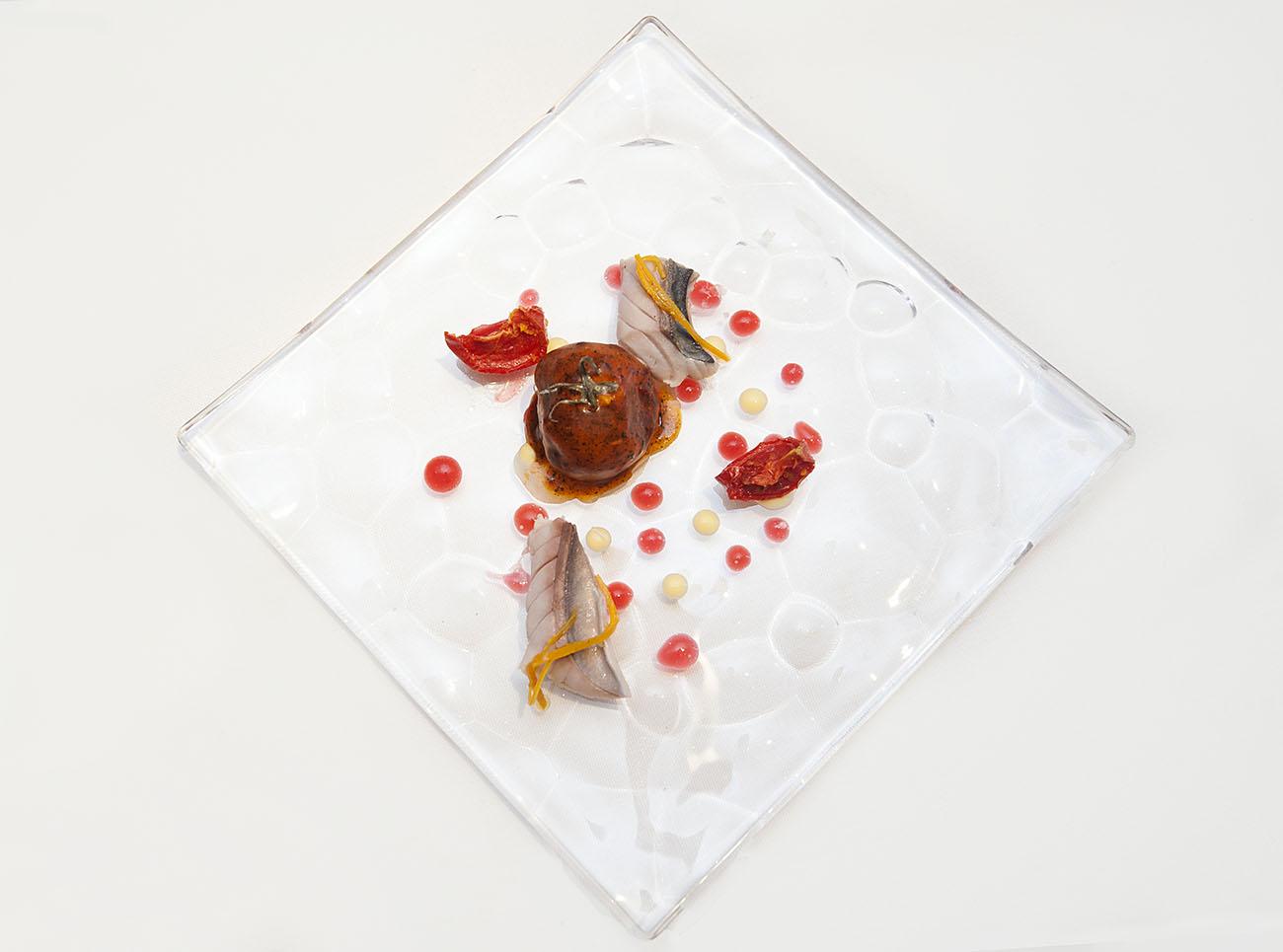Caballa escaldada en agua de mar, tomate helado de salmorejo cubierto de salmorreta de hierbas.