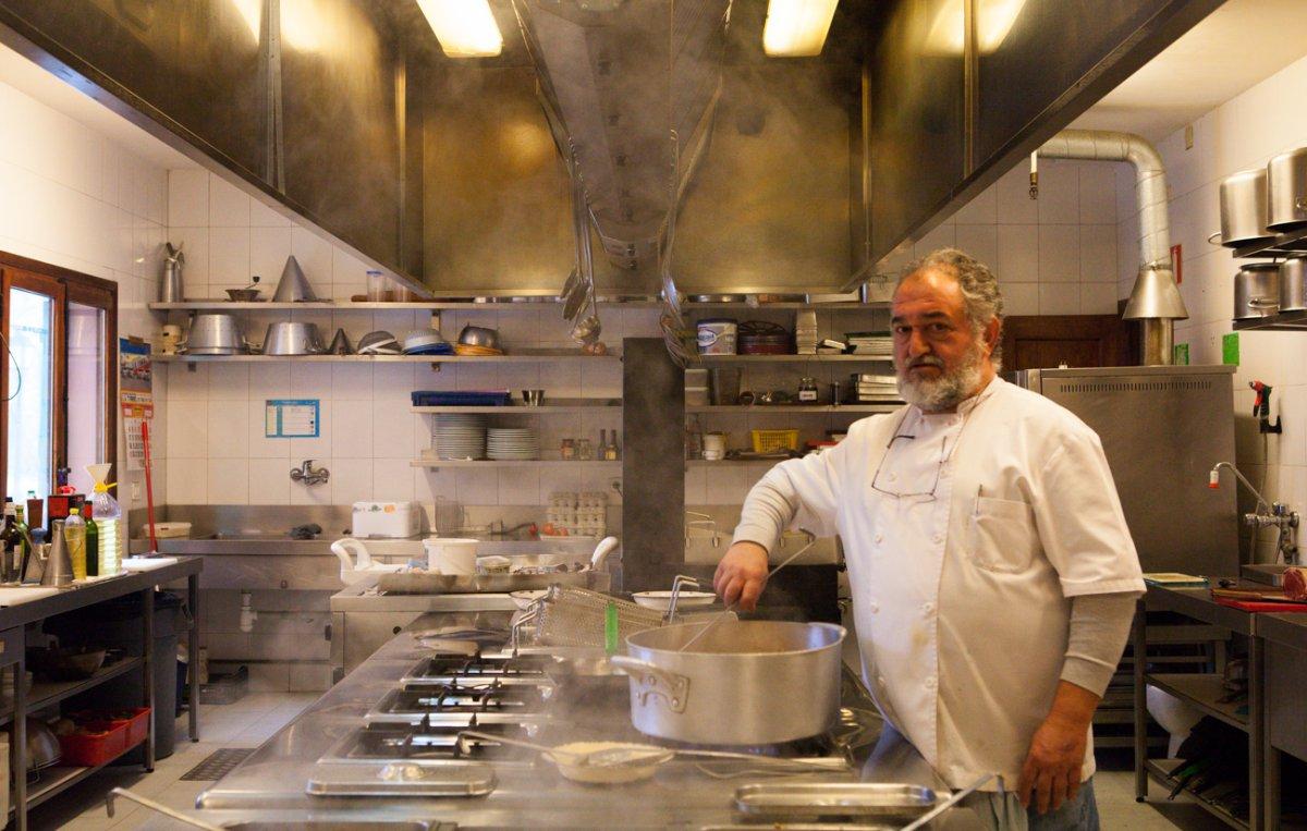 Miguel Ángel Ramírez en su amplia cocina, de la que presume con orgullo.