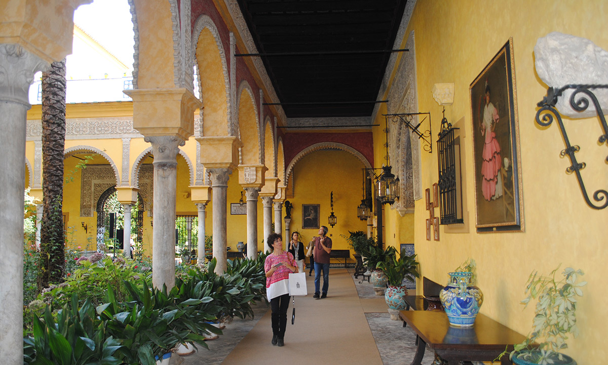 Paseando por el patio del Palacio de Dueñas. Foto: Mamadú Dabó.
