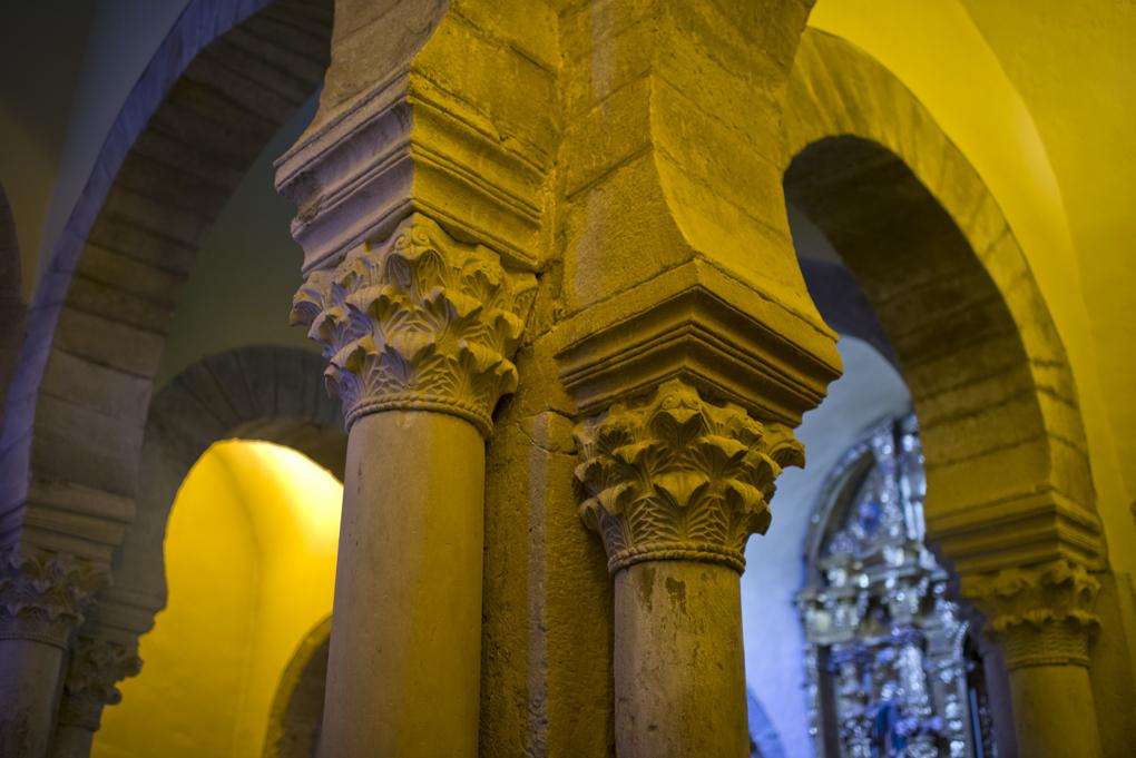 Debajo de estas columnas se hicieron excavaciones en 1964 por científicos de la Universidad de Berkeley.