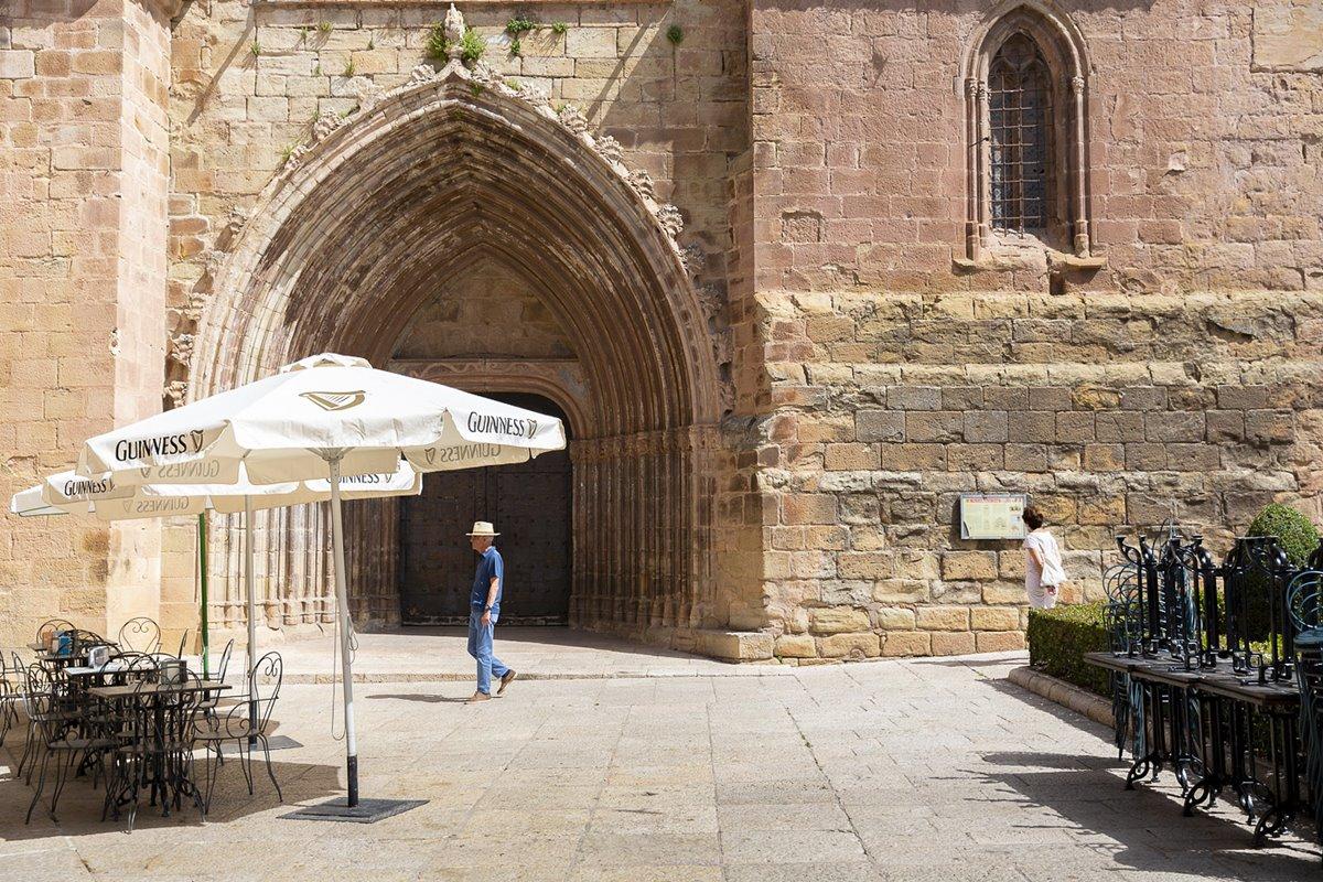 Puerta de la excolegiata de Santa María la Mayor.