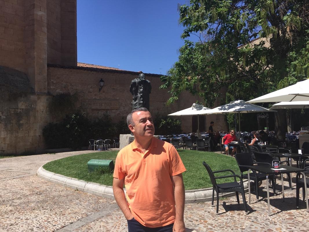 El escritor en la capital salmantina junto a la escultura de Miguel de Unamuno. Foto: Noemí Trujillo