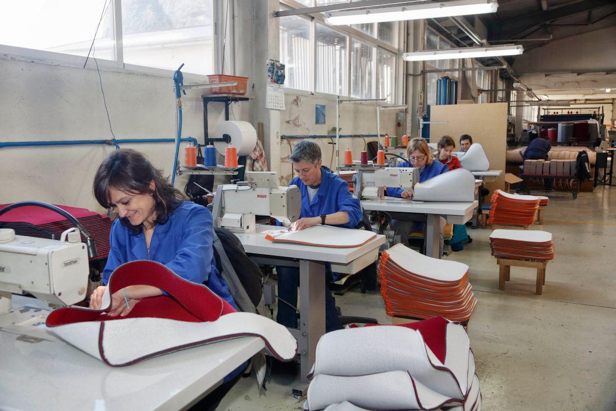 Las mujeres son mayoría en la sección de tapizado.