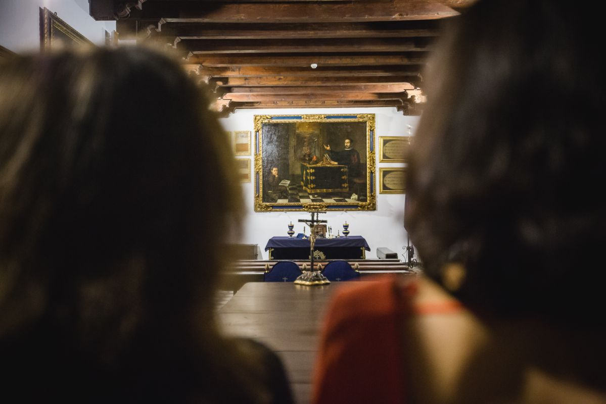 Los visitantes observan el cuadro de Valdés Leal en el Hospital de la Caridad, 'Miguel Mañara leyendo la Regla de la Santa Caridad' (1681), Sevilla.