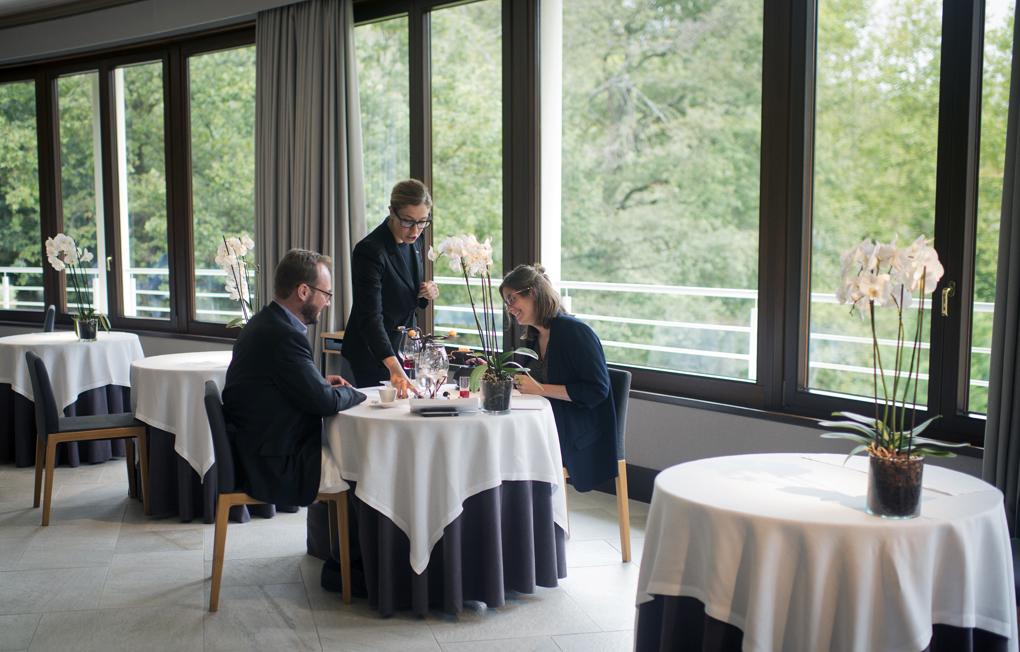 Placer y felicidad en torno a la mesa, donde todo fluye armoniosamente.