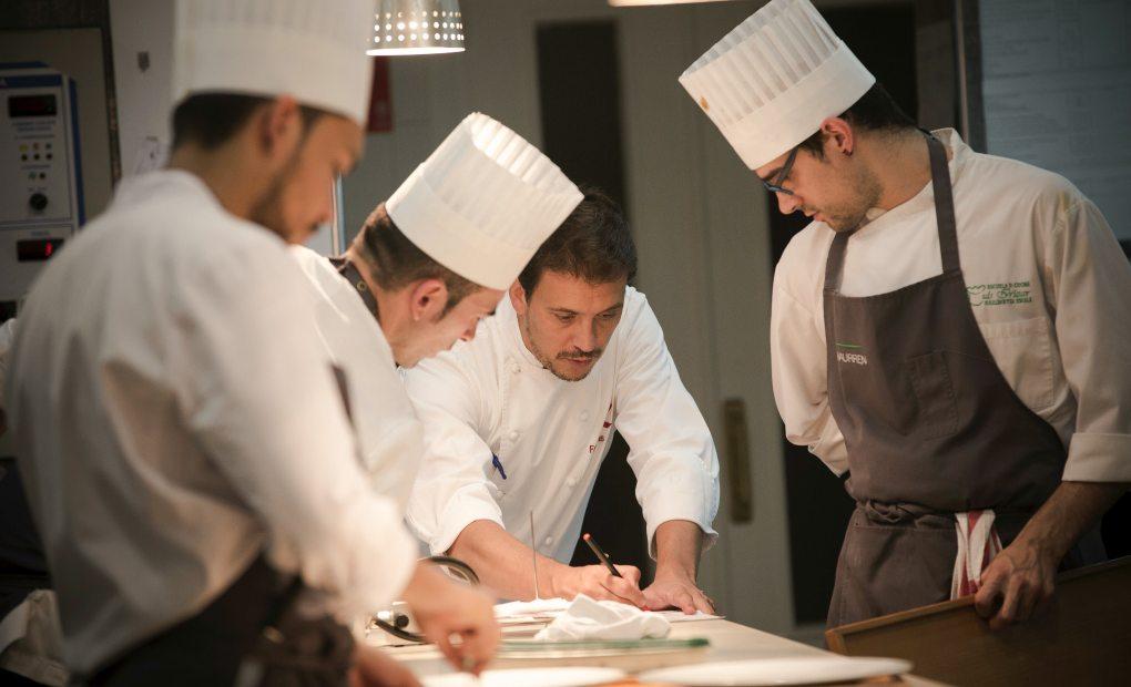 Francis Paniego dando instrucciones a sus cocineros