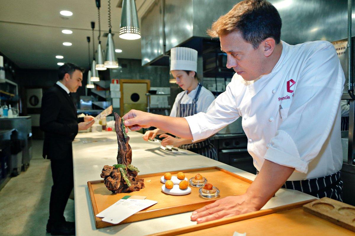 Restaurante 'El Portal de Echaurren'. Francis Paniego cuida cada detalle en la presentación de sus platos.