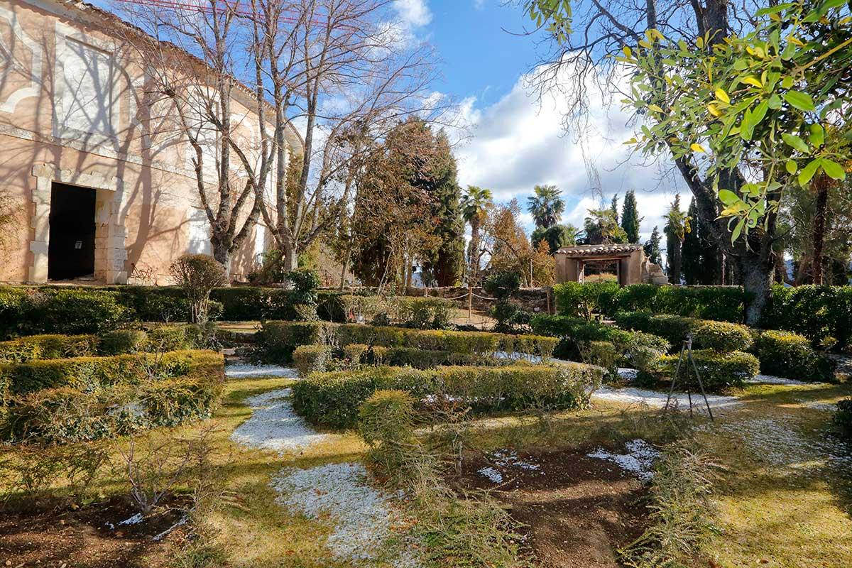 El jardín de la Real Fábrica de Paños aumenta el encanto del lugar.
