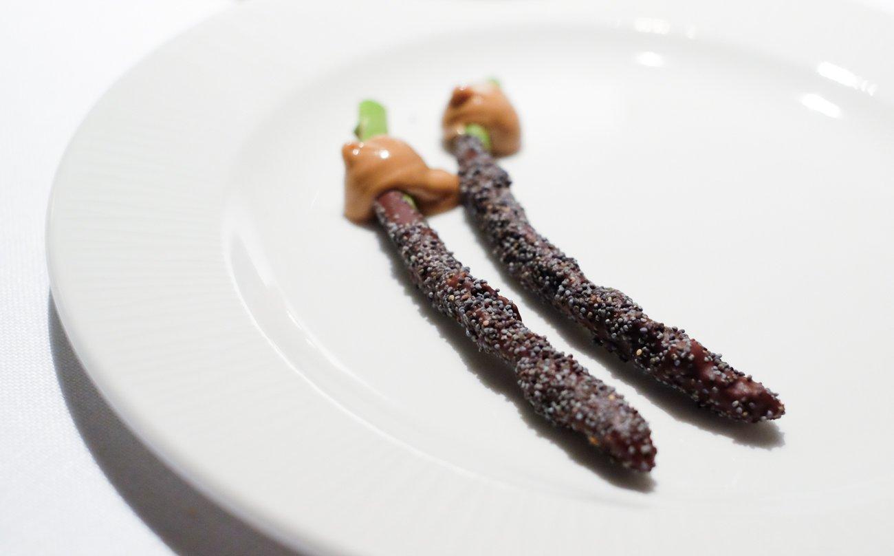 Restaurante 'Alma' (Pamplona) - Espárragos verdes con chocolate y avellana