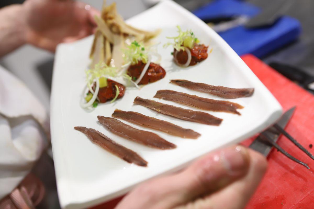 Plato de anchoas y ventresca de bonito con morrones asados y guindillas.