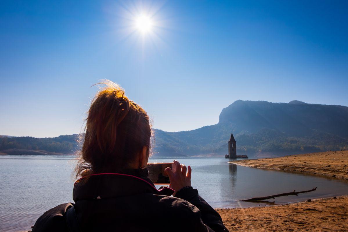 Fotografiando lo que queda al descubierto de la iglesia de San Román en el pantano de Sau, Cataluña. Foto: Shutterstock.