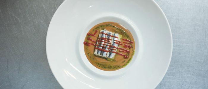 Lasaña fría de anchoas en sopa de tomate natural, de Etxanobe.