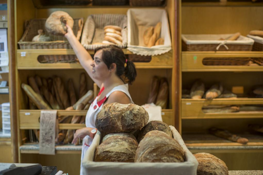 Ariana, desde primera hora de la mañana, despacha el crujiente y sabroso pan recién horneado.