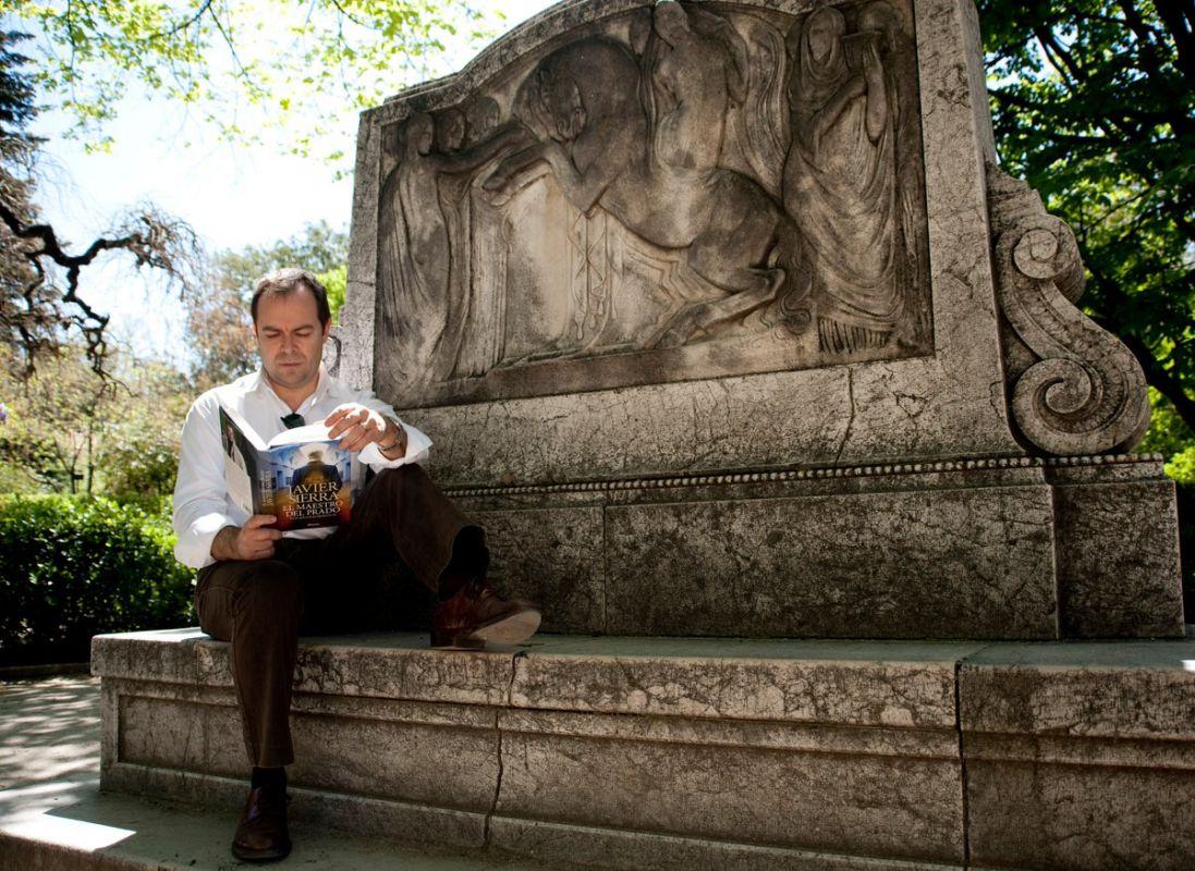El Premio Planeta, Javier Sierra, haciendo lo que más le gusta. Foto: Facebook