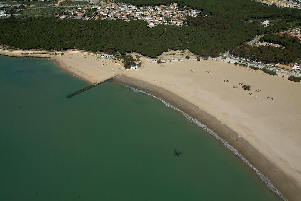Vista aérea de la playa de La Puntilla. Foto: Patronato Provincial de Turismo.