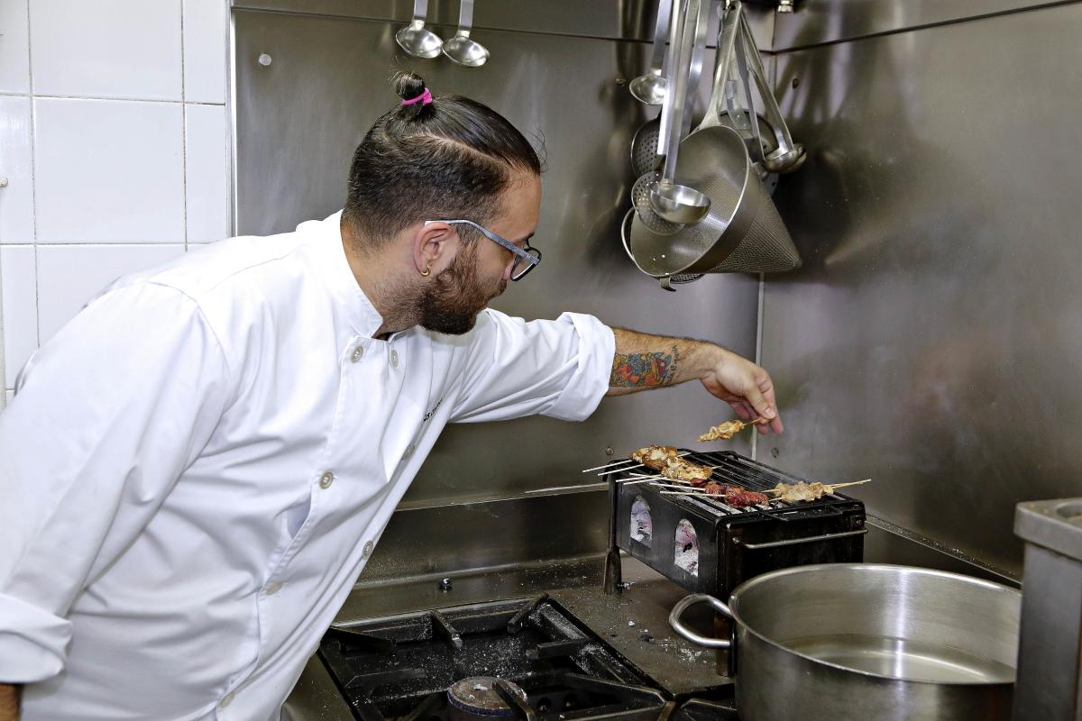 El chef prepara unos yakitori a la parrilla japonesa en la cocina del restaurante Matritum, en Madrid.