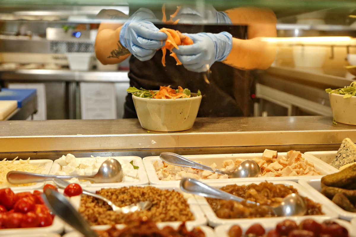 Preparando ensaladas variadas en uno de los locales de 'Magasand', en Madrid.