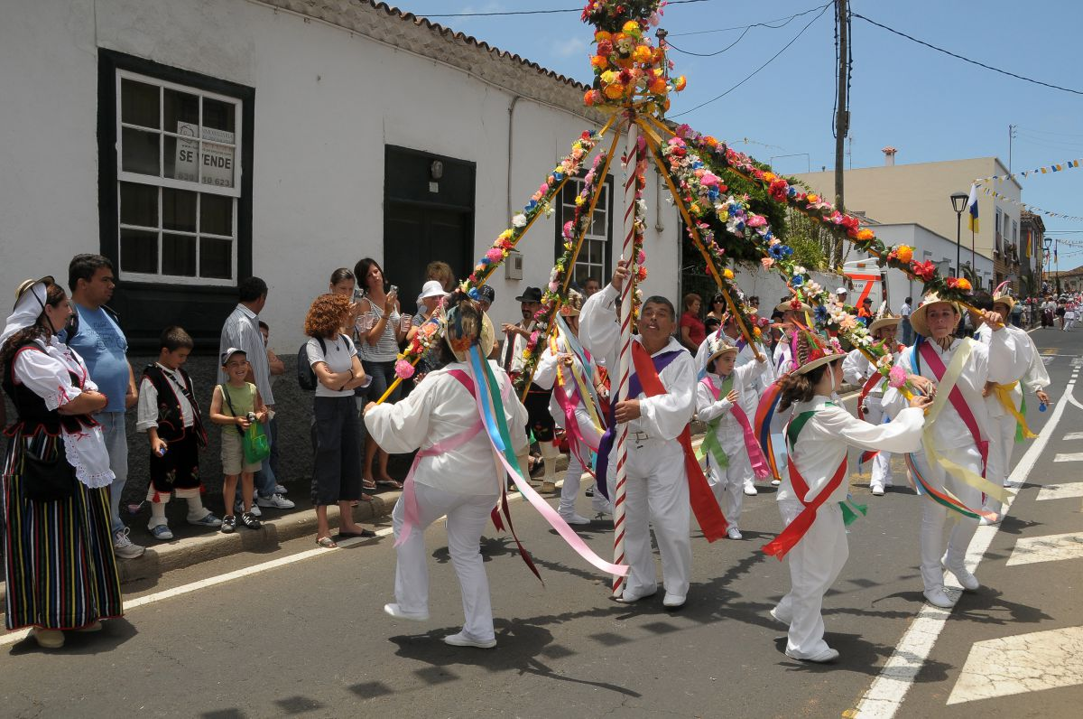 Unos niños bailan durante la romería de San Isidro Labrador, en Tacoronte, Tenerife.
