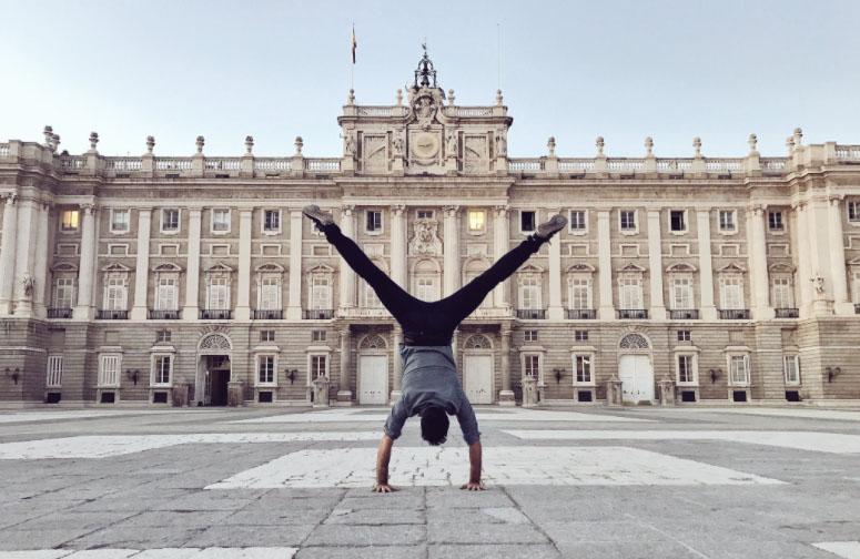 El actor es un apasionado del deporte y el yoga, y lo practica en cualquier lugar. Foto: Miguel Ángel Muñoz.