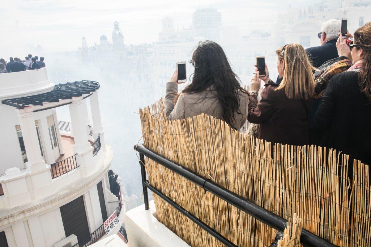 El humo de la mascletà llega a todos los lugares, aunque estés en lo más alto.