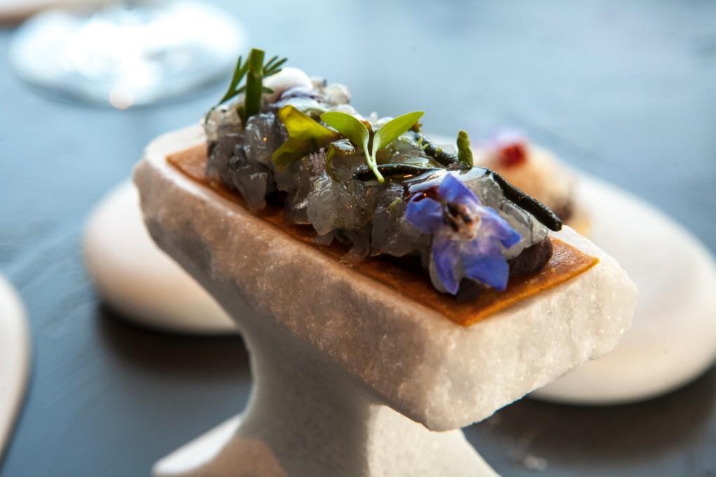 Langostino azul en tartar. Calleja tiene debilidad por este marisco, con el que creó uno de sus primeros platos de éxito.