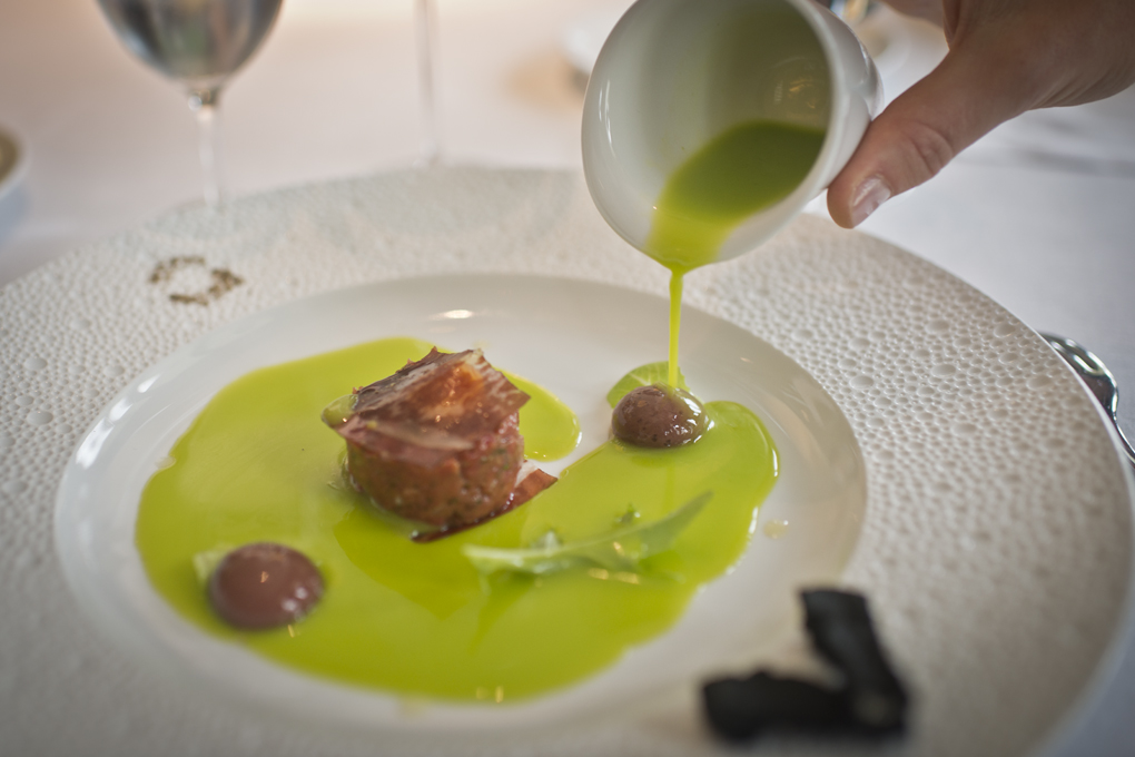 Aceitunas verdes y negras con carne de buey, alcaparra y mostaza, de Martín Berasategui.