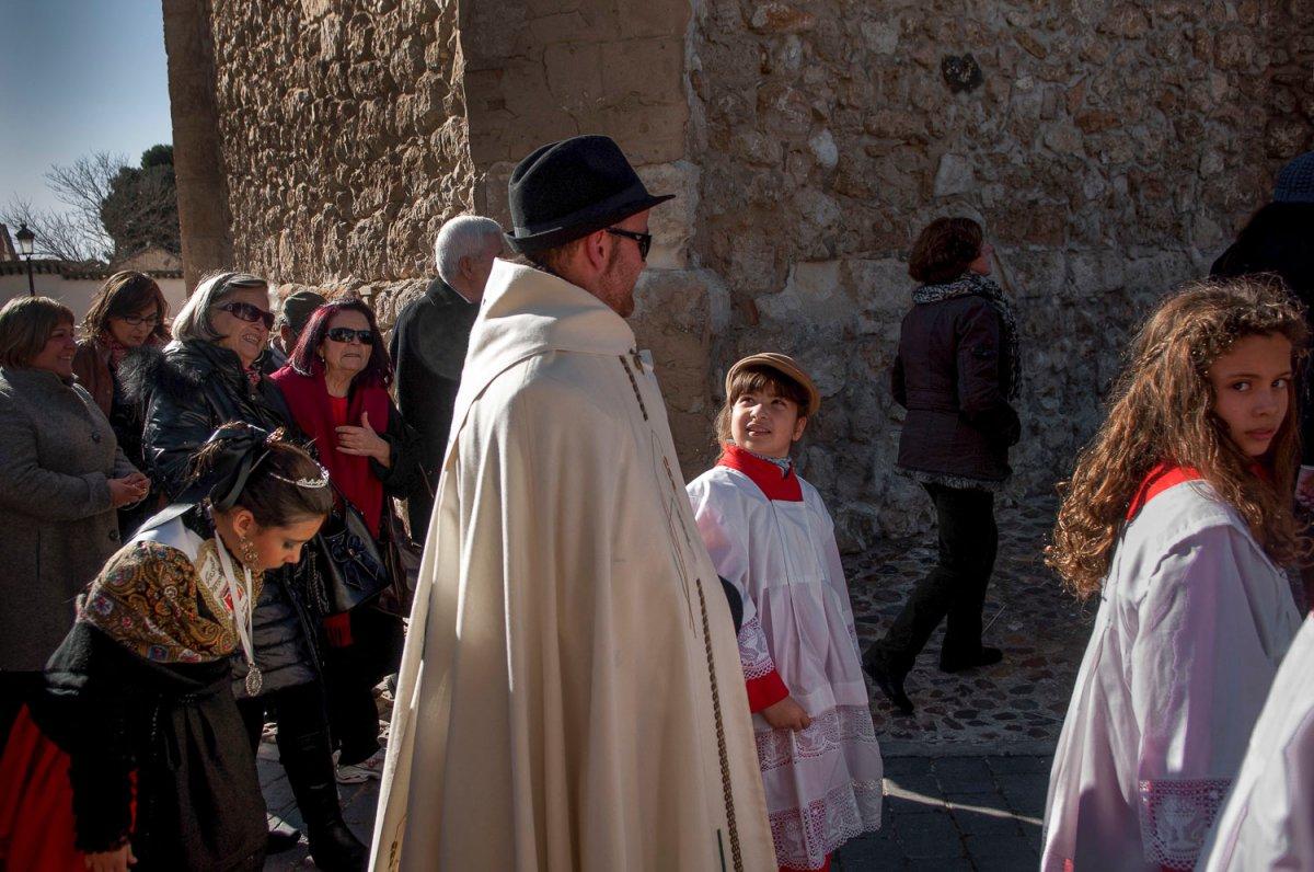 La procesión acompaña a la virgen de la Paz por las calles del pueblo.