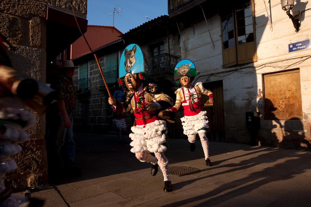 El sonido de los cencerros no cesa desde que los cigarrones echan a correr por las calles de Verín. Foto: Nacho Calonge.