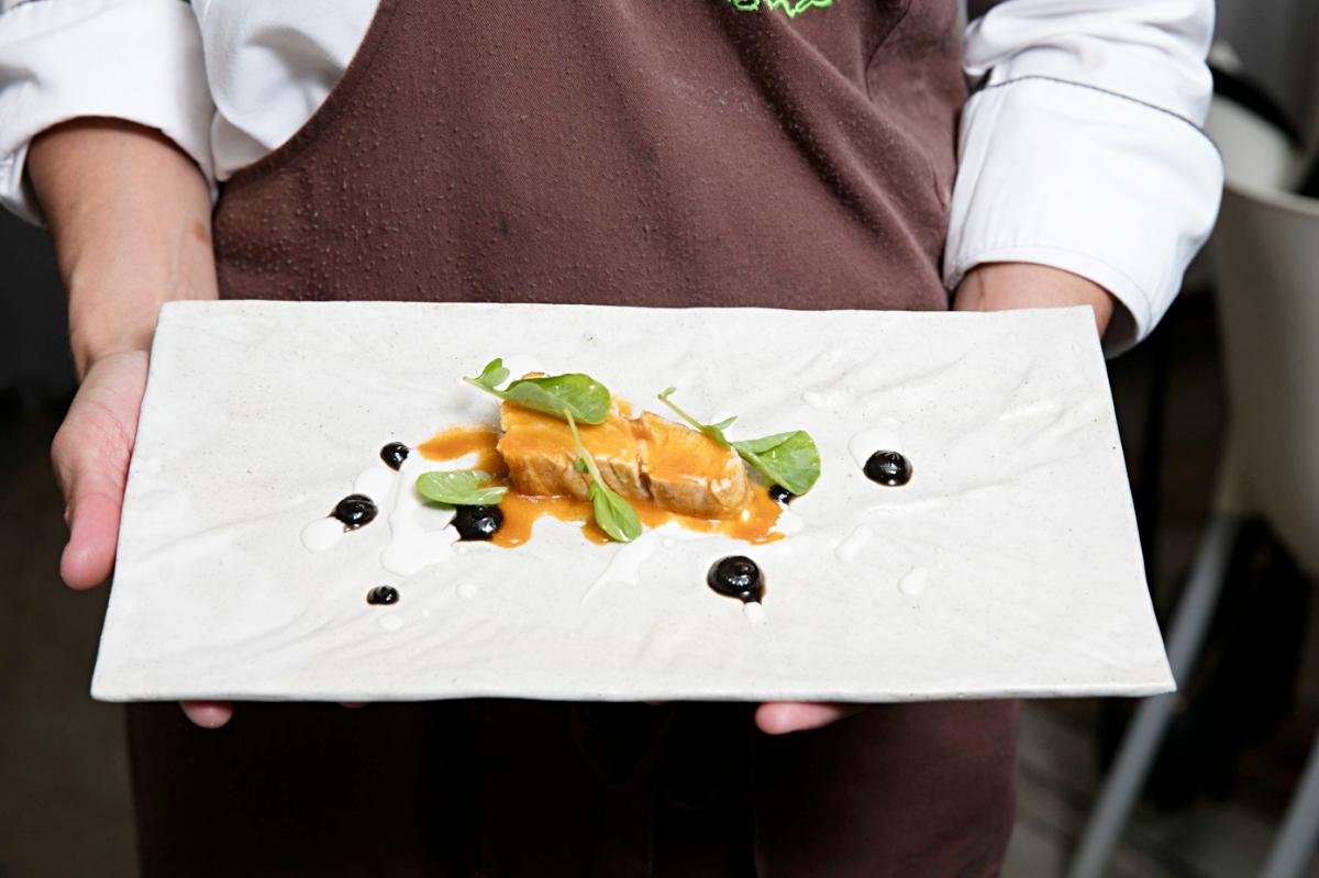 Bonito escabechado sobre una crema de piñones, hojas de berro, crema de aceitunas negras y vainilla.