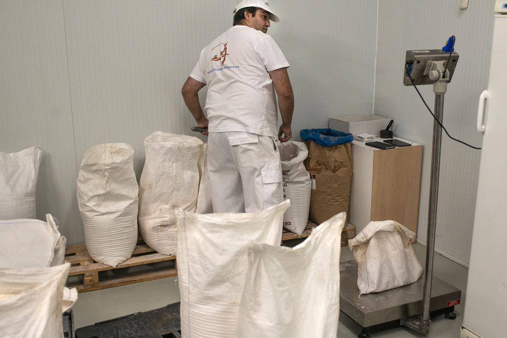 Juanma se prepara para pesar los ingredientes. Sólo él mira la báscula