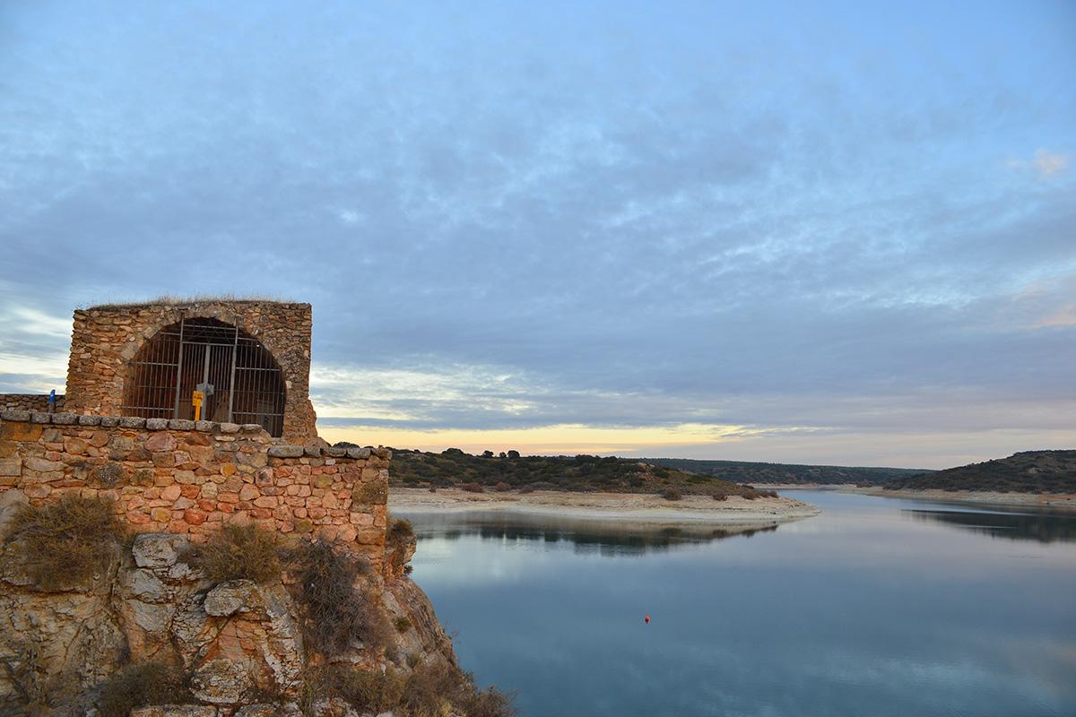 El Castillo de Peñarroya es una de las visitas turísticas obligatorias en las Lagunas de Ruidera. | Shutterstock.