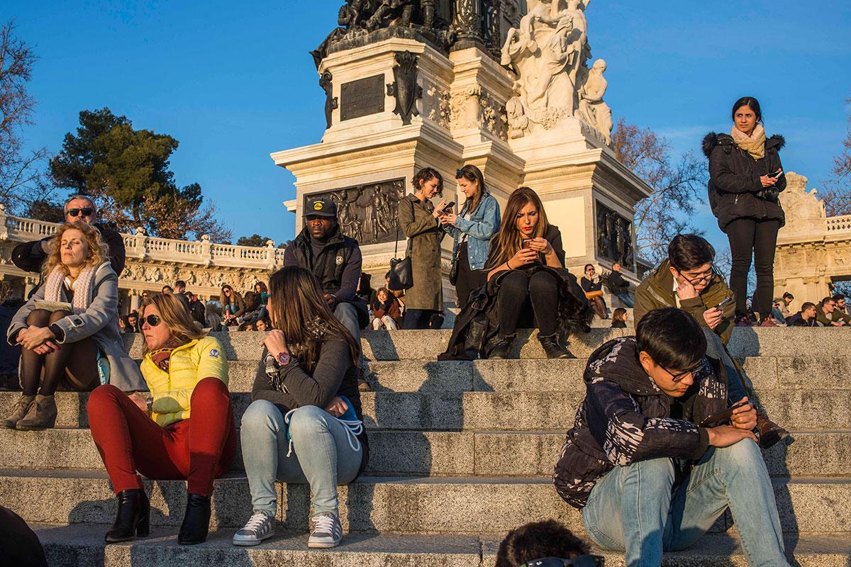 ¿Qué sería del Retiro sin su gente? El parque madrileño está siempre lleno.