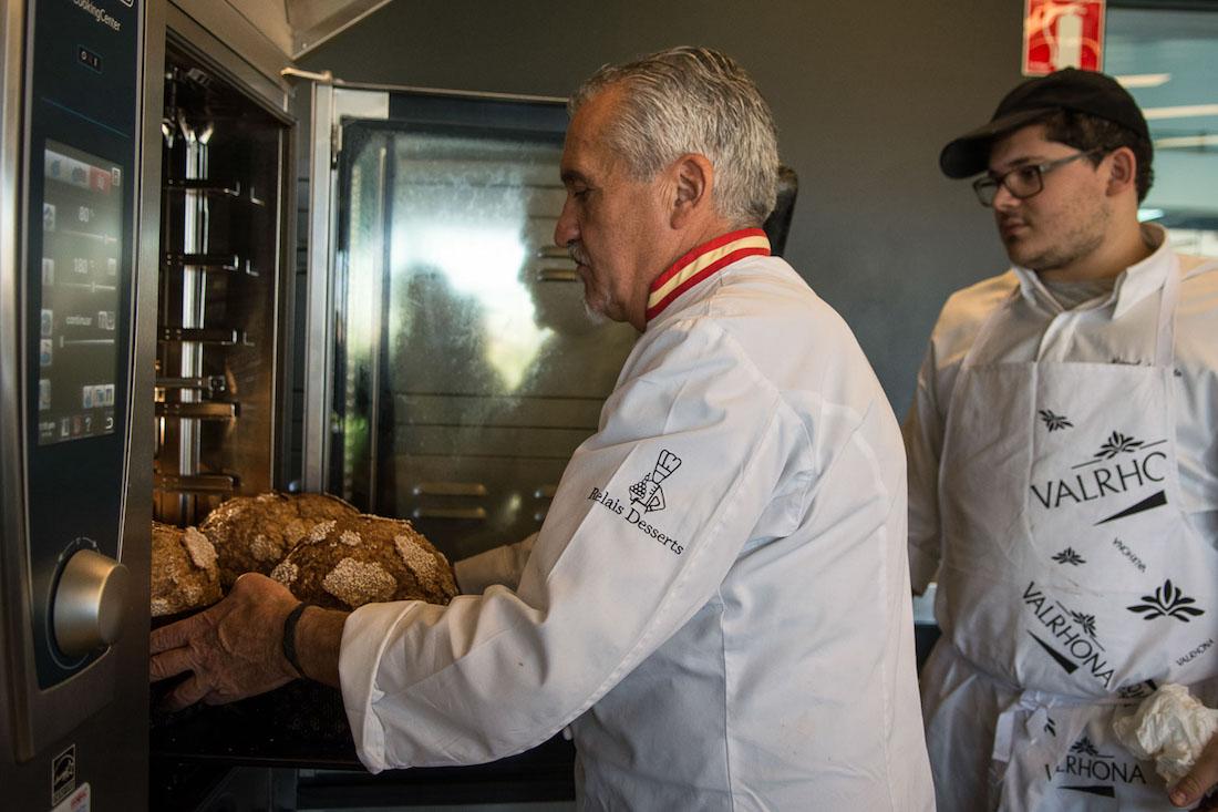 Al abrir el horno, un envolvente olor a cuento de hadas se extiende por el obrador.